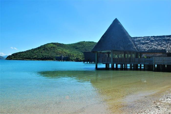 Типичная постройка для Новой Каледонии, отель или ресторан на воде
