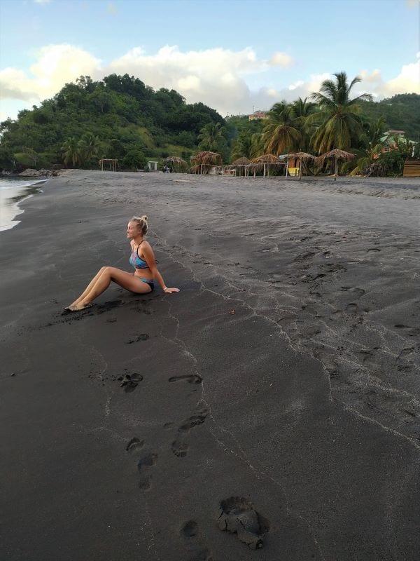 На Доминике большинство пляжей с песком такого цвета