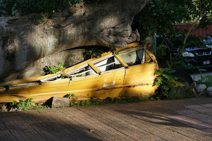 Разбитый автобус после урагана