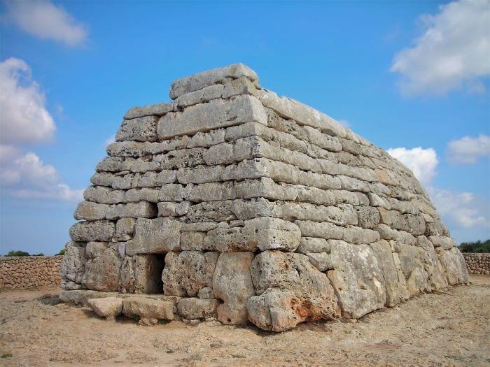 Древняя гробница Навета дес Тудонс - достопримечательность Менорки