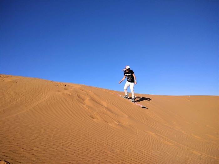 Катание на сандборде в пустыне Сахара в Марокко