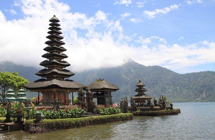Храм на озере Бали