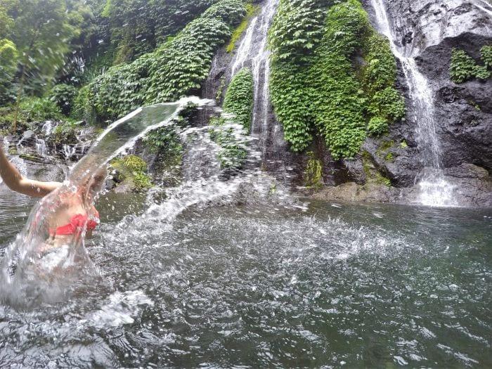 Купание в водопаде на Бали
