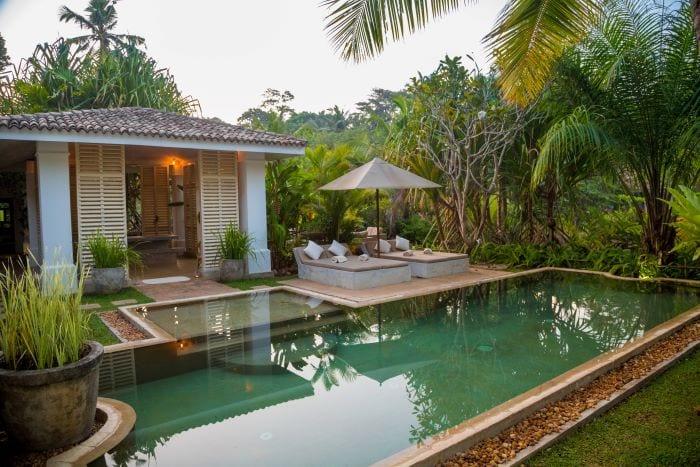 Красивый отель с бассейном