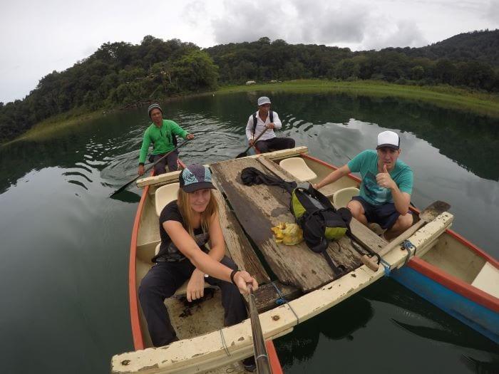 Переправа на лодке через озеро Тамблинган